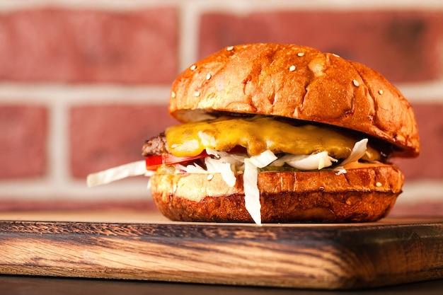 Belegd broodje. fast food. hamburger met vlees en groenten.