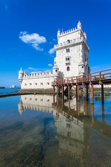 Belem tower is een versterkte toren gelegen in de burgerlijke parochie van santa maria de belem in lissabon, portugal