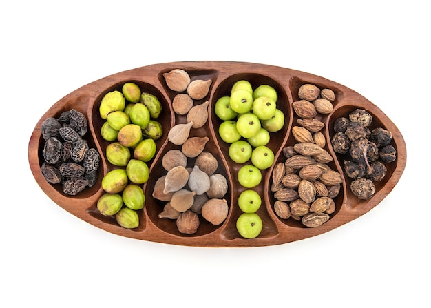 Beleric myrobalan, chebulic myrobalans, terminalia arjuna en indiase kruisbes fruit geïsoleerd op wit.