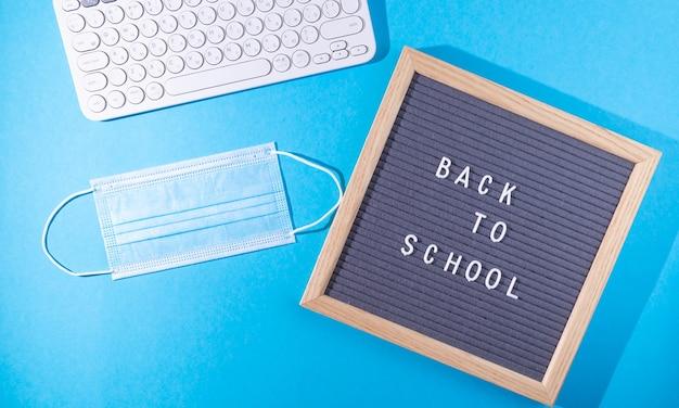 Belettering terug naar school en medisch masker