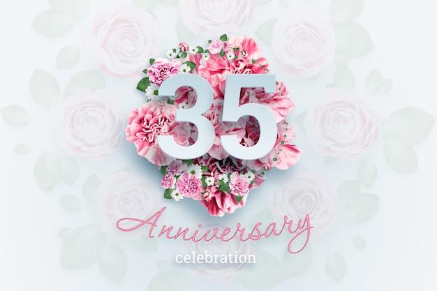Belettering van 35 nummers en verjaardag tekst op roze bloemen