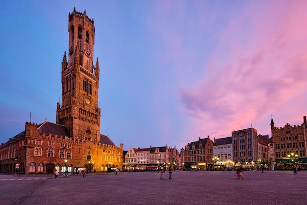 Belforttoren en het grote marktplein in brugge, belgië in de schemering in de schemering