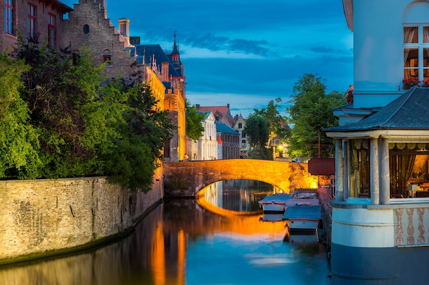 België, brugge, oude europese stad met gebouwen op rivier.