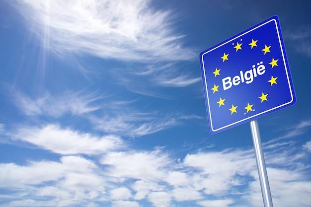 België grensbord met wolken hemel. 3d-rendering