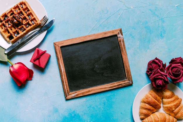 Belgische wafel met croissants en bord
