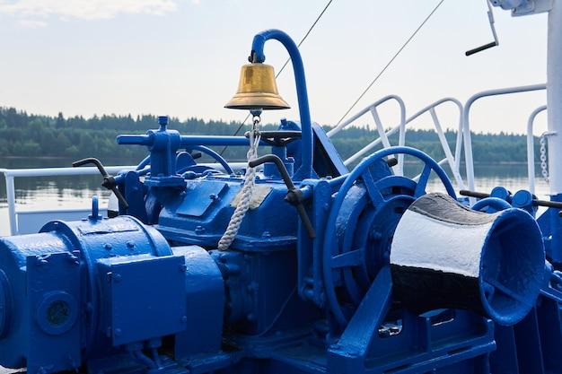 Bell, ankerlier, kaapstander en andere mechanismen, blauw geschilderd, op het voordek van het rivierschip, close-up