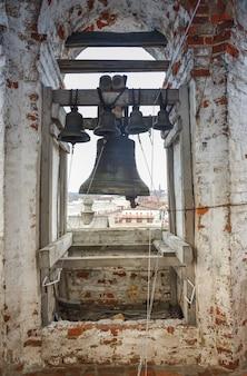 Bell opknoping op een torenklok close-up