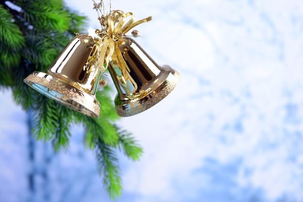 Bellen met kerstversiering op lichte achtergrond
