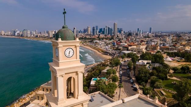 Belltower, jaffa, tel aviv, israël, luchtfoto. moderne stad met wolkenkrabbers en de oude stad.