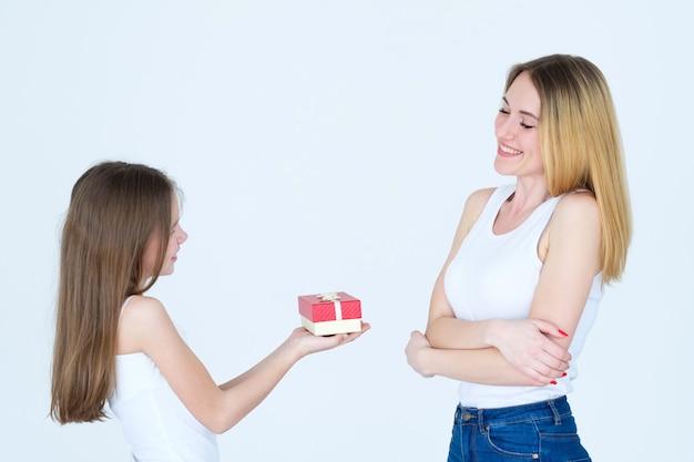 Beloning voor moederdag. klein meisje presenteert een geschenk aan haar moeder. liefde en familieband.