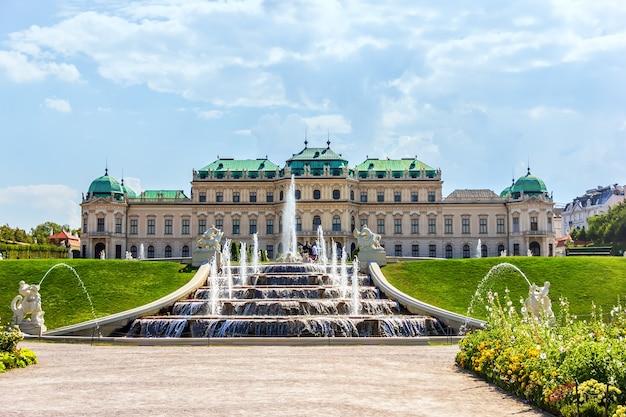 Belvedere-fontein, volledig zicht op het paleis in wenen.