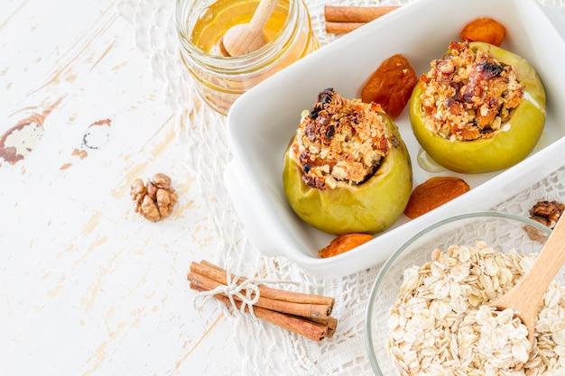 Bemande appels met havermout en gedroogde abrikoos, honing