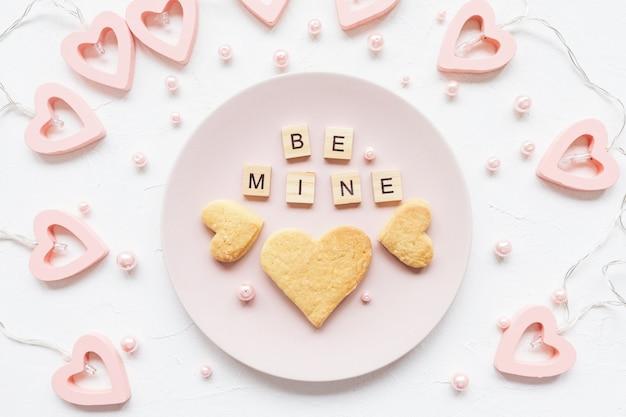Ben mijn woorden en hartvormige koekjes op een plaat