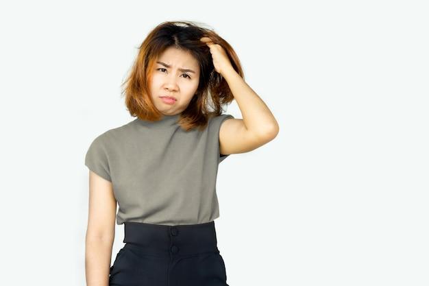 Benadrukt aziatische vrouw haar jeukende hoofd en droge huid krabben