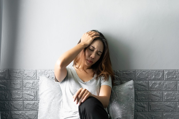 Benadrukt jonge aziatische vrouw die lijdt aan een depressie.