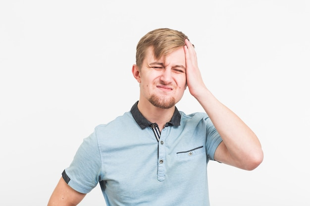 Benadrukt jonge man zijn hoofd geklemd