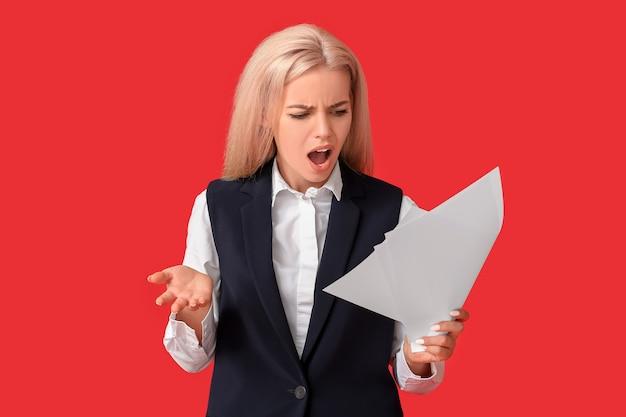 Benadrukt jonge onderneemster met document