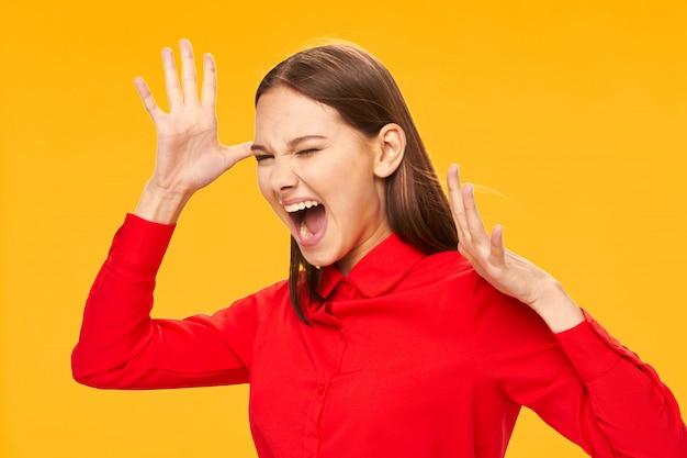 Benadrukt jonge vrouw met handen op het hoofd