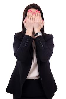 Benadrukt jonge zakenvrouw huilen en bedekken haar gezicht geïsoleerd op een witte achtergrond