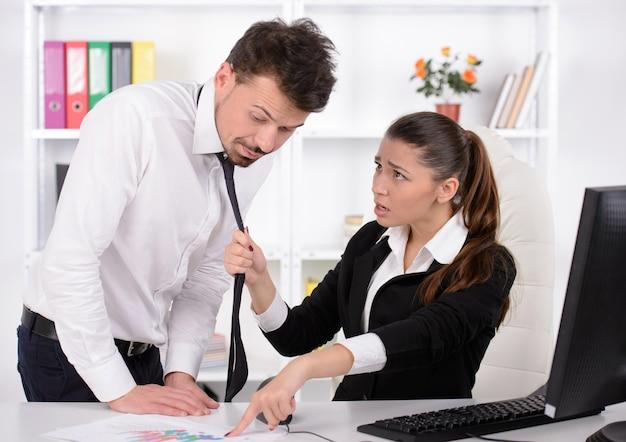 Benadrukt jonge zakenvrouw schreeuwen naar zijn secretaresse.