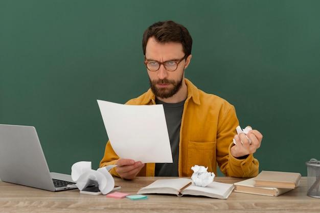 Benadrukt man aan het werk op laptop