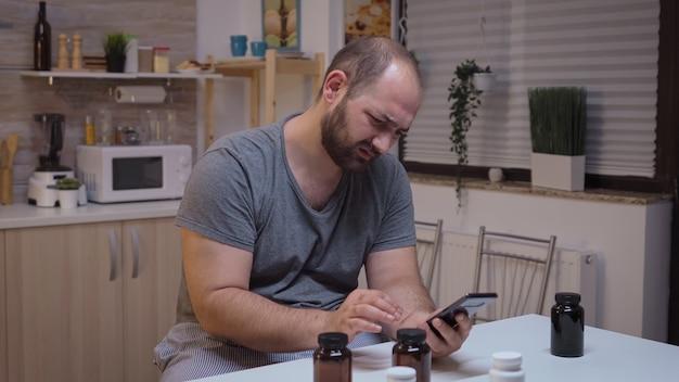 Benadrukt man met hoofdpijn geneeskunde informatie zoeken. gestresst moe ongelukkig bezorgd onwel persoon die lijdt aan migraine, depressie, ziekte en angst zich uitgeput voelen met symptomen van duizeligheid