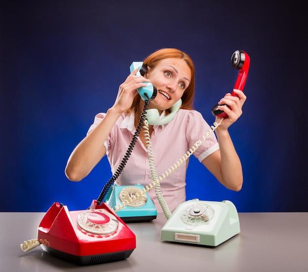 Benadrukt meisje met telefoons