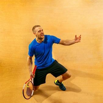 Benadrukt tennisser die verslagen en verdrietig kijkt, hij schreeuwt van woede aan het hof. menselijke emoties, nederlaag, crash, mislukking, verliesconcept