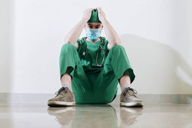 Benadrukt vermoeide jonge chirurg s