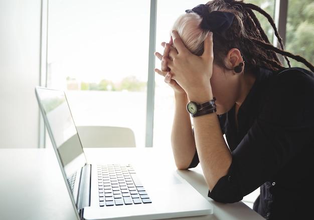 Benadrukt vrouw met behulp van laptop