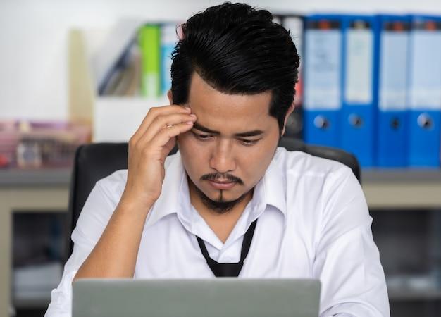Benadrukt zakenman met behulp van laptop en werk probleem