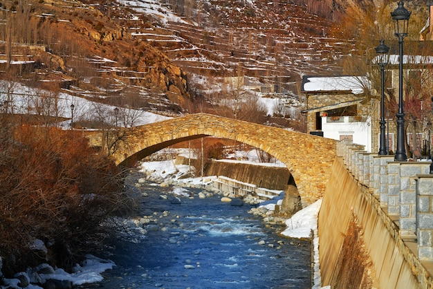 Benasque brug over esera-rivier in huesca spanje
