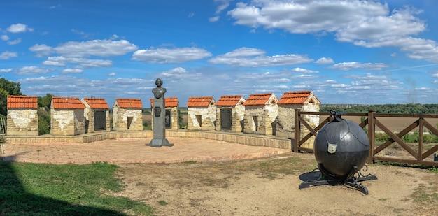 Bender, moldavië 06.09.2021. monument voor baron munchausen in de buurt van het tighina-fort in bender, transnistrië of moldavië, op een zonnige zomerdag