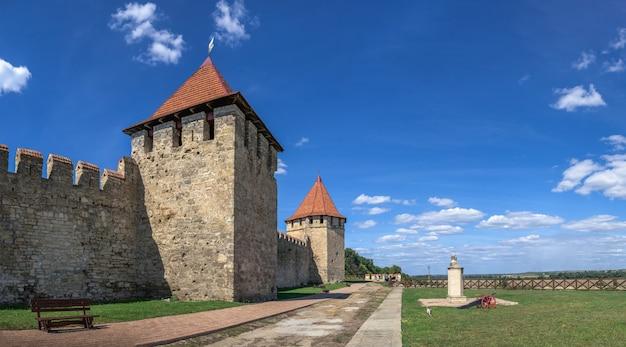 Bender, moldavië 06.09.2021. vestingmuren en torens van het tighina-fort in bender, transnistrië of moldavië, op een zonnige zomerdag
