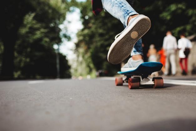 Benen op een skateboard
