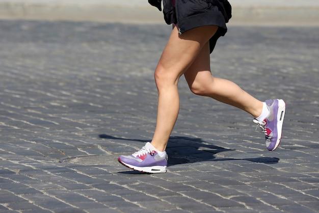 Benen rennen atleten op de baan