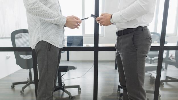 Benen van bedrijfsmensen in bureau