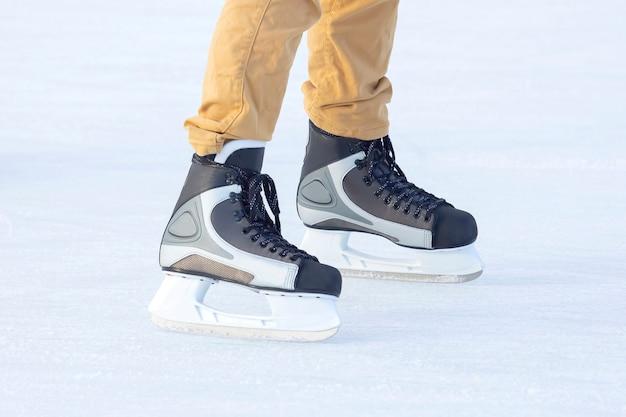 Benen van een man die op een ijsbaan schaatst. hobby's en sport. vakanties en winteractiviteiten.