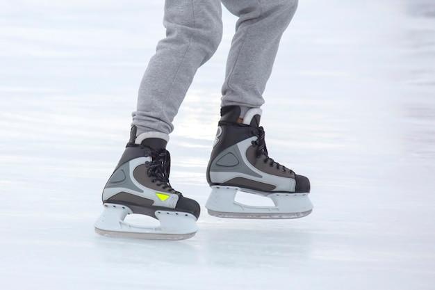 Benen van een man die schaatst op een ijsbaan. hobby's en sporten. vakanties en winteractiviteiten.