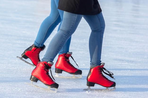 Benen van een meisje schaatsen op een ijsbaan