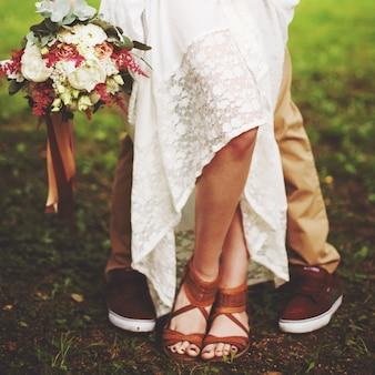 Benen van het close-up van het huwelijkspaar, vrijheidsconcept