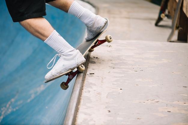 Benen van in evenwicht brengende skateboarder