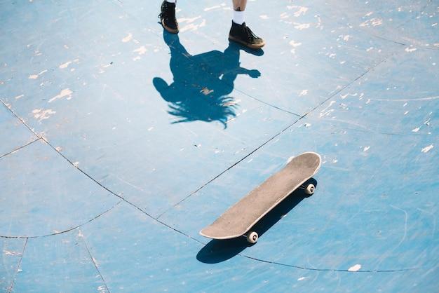 Benen van skateboarder in helling