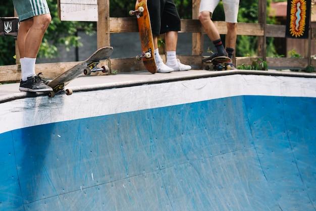 Benen van skateboarders op helling