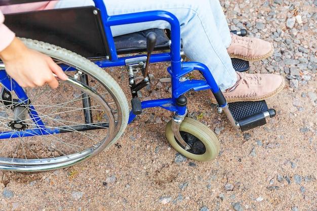 Benen voeten handicap vrouw in rolstoel wiel op weg in ziekenhuis park wachten op patiëntendiensten