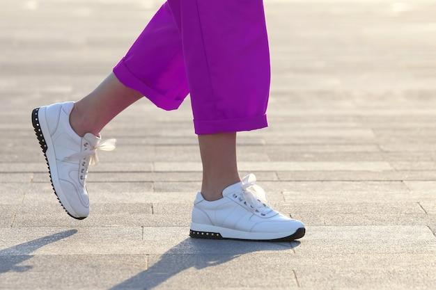 Benen vrouw wandelen op het stadsplein. mode in kleding