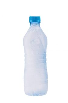 Beneveld plastic fles met bevroren water binnen en waterdruppels op het oppervlak