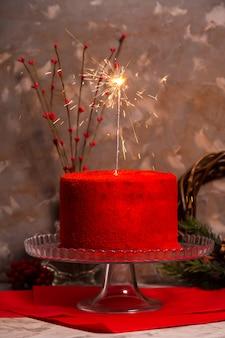 Bengalen vuur branden op een mooie rood fluweel verjaardagstaart