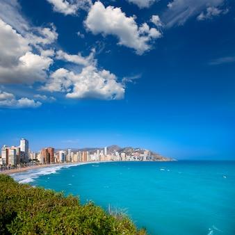 Benidorm alicante strandgebouwen en middellandse zee