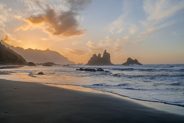 Benijostrand met zonsonderganglicht, anaga, santa cruz de tenerife, canarische eilanden, spanje
